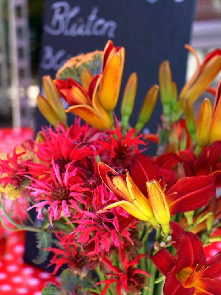 Ein Strauß mit Lilien und Monarda